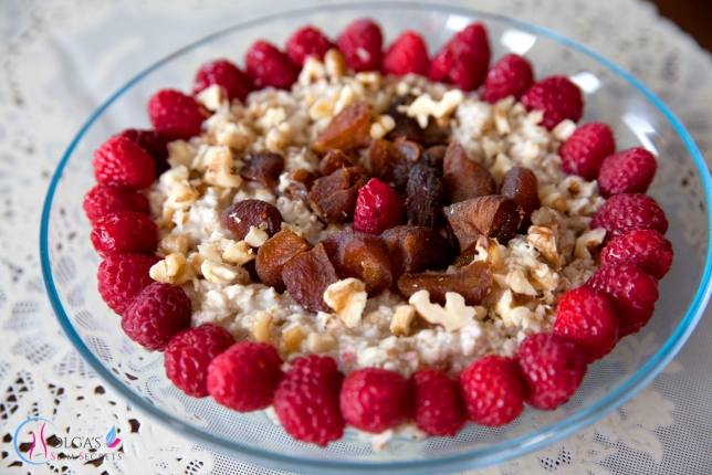 Oatmeal with dried apricots and raspberries