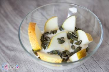 Yogurt with Oatmeal and Pear